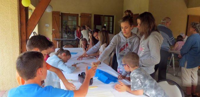 Les jeunes font une fresque à partir du récit de la Création